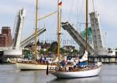 Classic Week 2014 - Kappeln - Peter von Seestermühe und Sente vor der Brücke