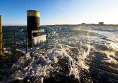 Kiel - Gischt an der Hafeneinfahrt Strande mit Olympiazentrum Schilksee