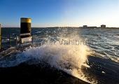 Kiel - Gischt an der Hafeneinfahrt Strande mit Olympiazentrum Schilksee 2