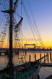 Kiel - Kieler Kräne und Traditionsschiff an der Blücherbrücke