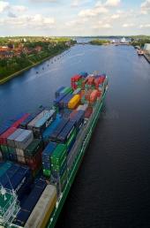 Kiel - Containerschiff im Nord - Ostseekanal 2