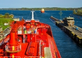 Kiel -  Tankschiff in der Holtenauer Schleuse 2