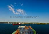 Kiel - Containerschiff bei Einfahrt in dei Holtenauer Schleuse 2