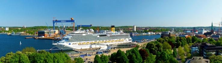 Panorama Kieler Förde mit Kreuzfahrtschiff