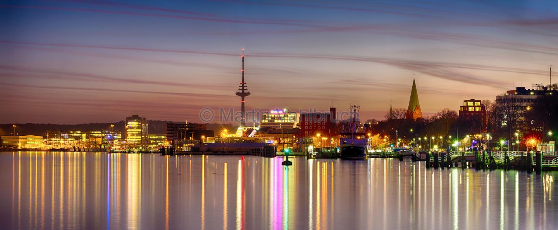 Panorama Kiel - Fördeufer und Innenstadt am Abend: martin-vahlbruch.de/kiel-im-panorama-ii
