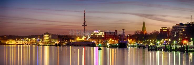 Panorama Kiel - Fördeufer und Innenstadt am Abend