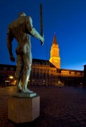 """Kiel - Rathausplatz mit """"Schwertträger"""" von Adolf Brütt bei Nacht"""