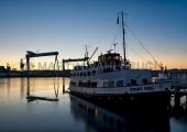 """Werftkräne im Morgenlicht mit Dampfer """"Stadt Kiel"""" 2"""