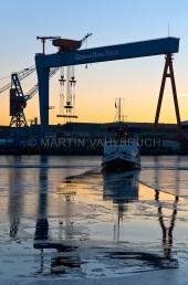 """Werftkräne im Morgenlicht mit Dampfer """"Stadt Kiel"""" 1"""