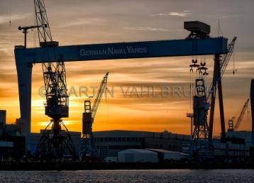 Werftkräne im Sonnenaufgang 4