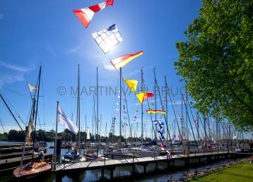 Flaggen am Yachthafen zur Classic Week 6