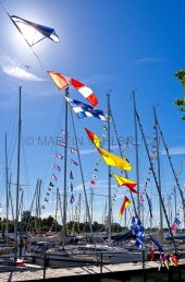 Flaggen am Yachthafen zur Classic Week 1