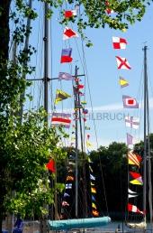 Flaggen am Yachthafen zur Classic Week 2