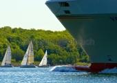 Kiel - Segler und Frachtschiff in der Kieler Förde