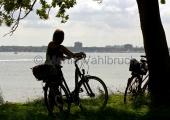 Kiel - Radfahrer vor dem Olympiazentrum Schilksee