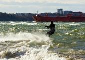 Kiel - Kitesurfer in stürmischer Kieler Förde