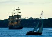 Kiel - Segler mit Windjammer abends auf der Förde