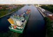 Kiel - Containerschiff im Nord - Ostseekanal