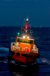 Kiel - Lotsenversetzboot bei Nacht