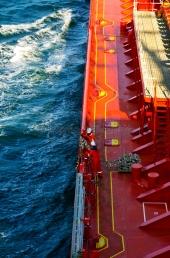 Kiel -  Tankerbesatzung bereitet Lotsenmanöver vor