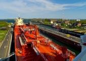 Kiel -  Tankschiff in der Holtenauer Schleuse