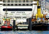 Kiel -  Kreuzfahrtschiff und Museumsbrücke