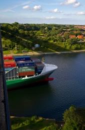 Kiel - Frachter unter der Holtenauer Hochbrücke 1