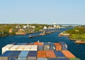 Kiel - Containerschiff bei Einfahrt in dei Holtenauer Schleuse 3