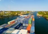 Kiel - Containerschiff bei Einfahrt in dei Holtenauer Schleuse 1