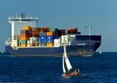 Kiel - Frachter mit Segelboot