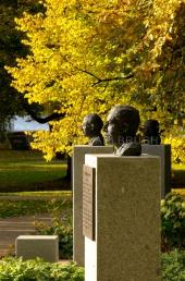 Kiel - Ratsdienergarten - Büsten der Kieler Nobelpreisträger 2