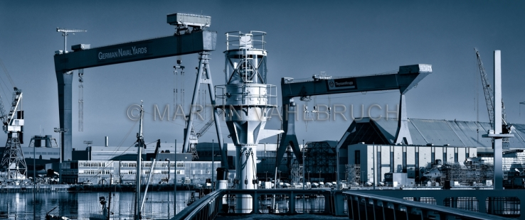Panorama Kieler Kräne mit Leuchtfeuer 3  blue