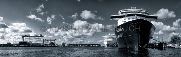 Panorama Kreuzfahrtschiff mit Kieler Kränen 1 petrol