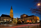 Rathausplatz mit Weihnachtsmarkt bei Nacht
