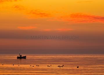 Fischerboot auf Ostsee in der Morgendämmerung
