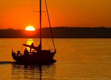 Segelboot auf der Schlei im Sonenuntergang