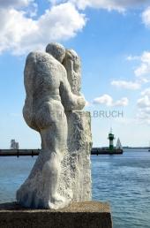 Travemünde - Hafeneinfahrt mit Steinfigur 2