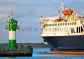 Travemünde - Hafeneinfahrt mit Leuchtfeuer und Fähre 2