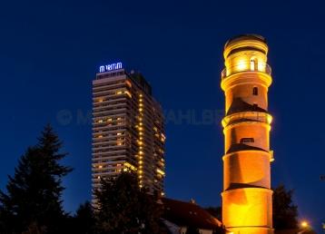 Travemünde - Maritim Hotel und alter Leuchtturm bei Nacht