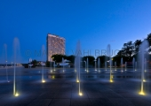 Travemünde - Hotel Maritim und Springbrunnen am Abend