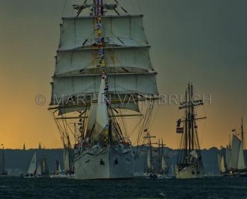 Windjammerparaden Kiel - Dar Mlodziezy 4 -  mit backstehenden Segeln vor der Gewitterfront